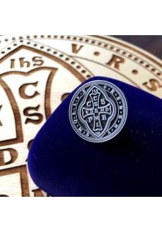 Pins z medalikiem św. Benedykta (wzór tyniecki, etui ozdobne)