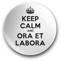 Keep Calm and Ora et Labora (przypinka, wersja biała, średnica - 56 mm)