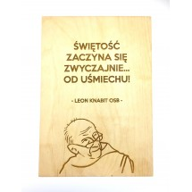 """""""Świętość zaczyna się zwyczajnie... od uśmiechu!"""" (Leon Knabit OSB, cytat na sklejce A4 - 210 x 297 mm)"""